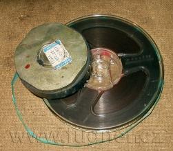 """Obr. 1.  Tak nějak vypadala cívka smagnetofonovým páskem, na který jsme  umístili """"čistě náhodou"""" magnet od reproduktoru - základní vojenská služba v roce 1957."""