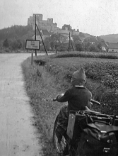 Obr.5. Výlet na hrad Rabí. 1942.