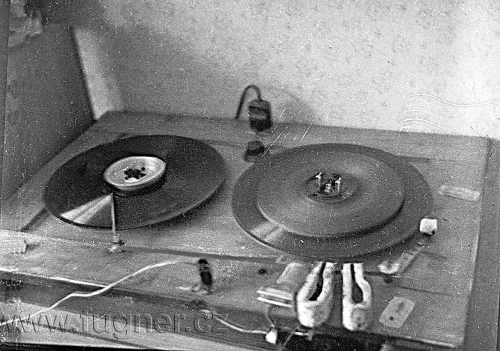 Obr.6. První  magnetofon na rámu od koupelnového zrcadla.