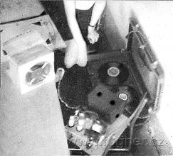 Obr.13. Magnetofon v zadní lavici.