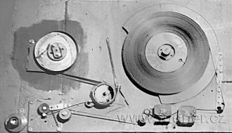 Obr.18. Mechanická část magnetofonu po havárii při převíjeni.