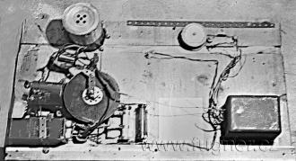 Obr.19. Mechanická část téhož magnetofonu ze spodu.