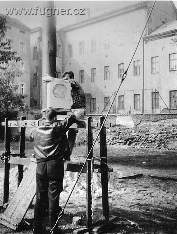 Obr. 7.  Pravý reproduktor. Den dětí, základní škola ve Štěpánské ulici v Praze.