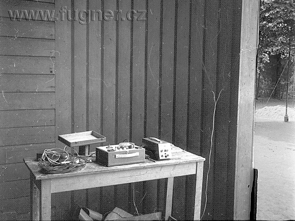 Obr. 8. Režie, pod stolem akumulátory. Den dětí, základní škola ve Štěpánské ulici v Praze.