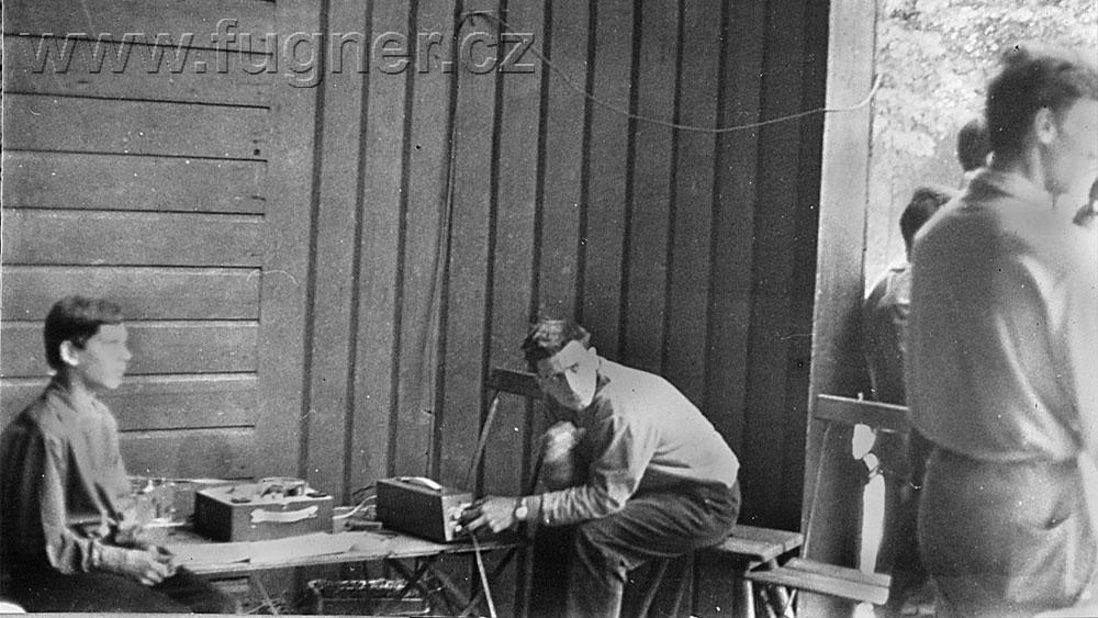 Obr. 9.  Jirka  jako technik u magnetofonu, já jako režisér. Nad námi dráty stovoltové linky. Den dětí, základní škola ve Štěpánské ulici v Praze.
