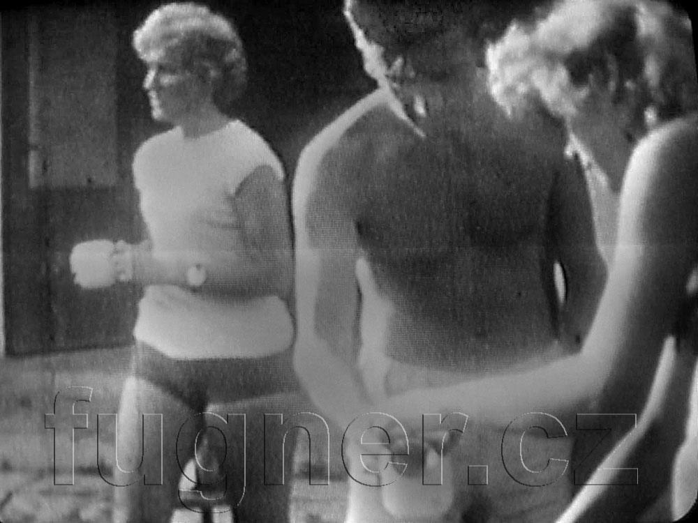Obr. 1.  Rozlévání bakteriofágu vedoucím - pionýrský tábor v roce 1962 - dovolená s úplavicí.