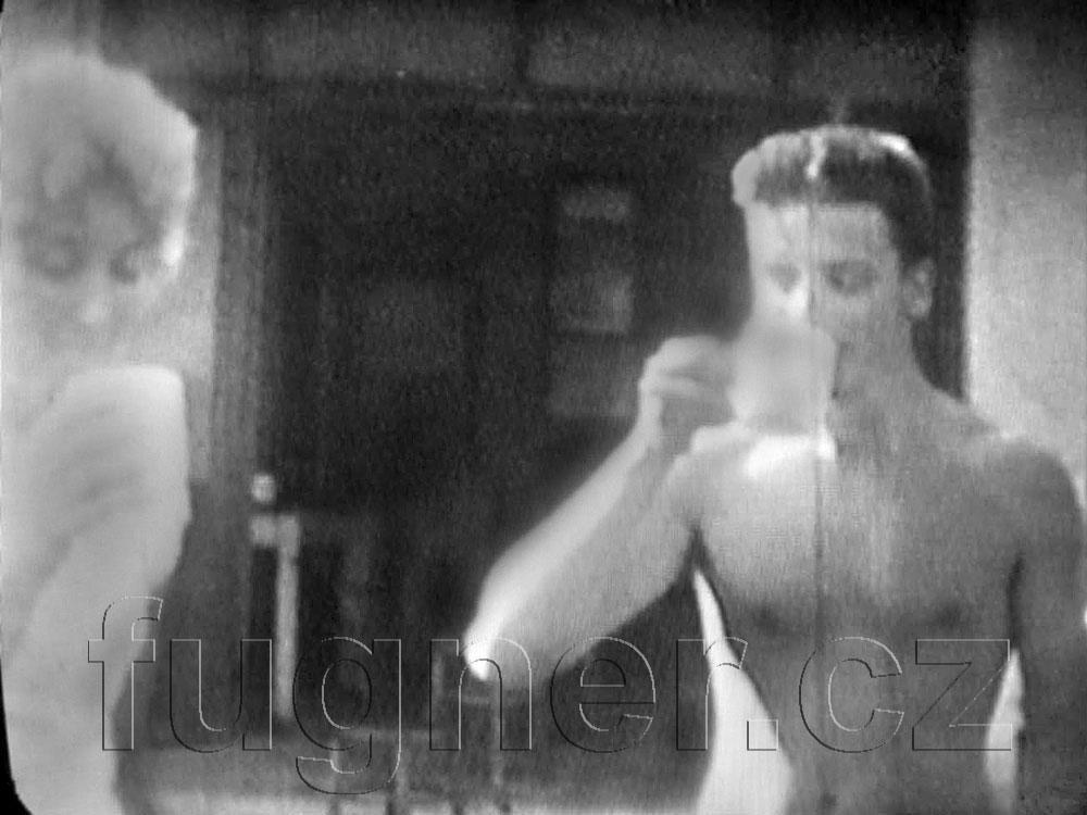 Obr. 2. Pití odporné kapaliny súsměvem - pionýrský tábor v roce 1962 - dovolená s úplavicí.