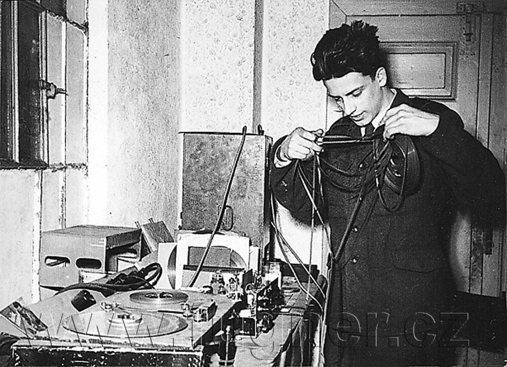Obr. 5. Magnetofon a já vdílně.  Základní vojenská služba v Brně rok 1957.