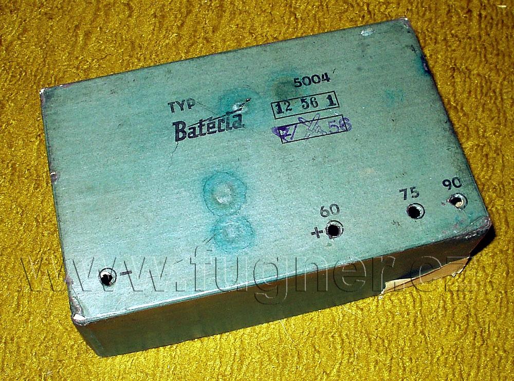 Obr. 6. Dochované víko jedné anodové baterie. Víko mělo rozměr 5×10×20cm. Hmotnost baterie odhadem asi 1,5kg. Všimněte si razítka záruční doby. Základní vojenská služba v Brně rok 1957.