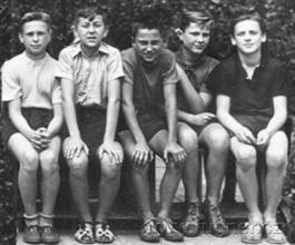 Obr.4. Část party kluků-Jarda vlevo, já vpravo.