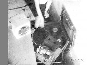 Obr. 4. Magnetofon v zadní lavici - Společnost HIFIK