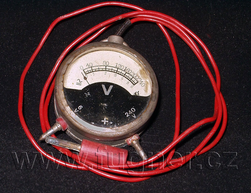 Obr. 5. Nepřesný voltmetr s elektromagnetickým systémem po padesáti letech.