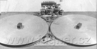 Obr. 13. Mechanická část magnetofonu shora.