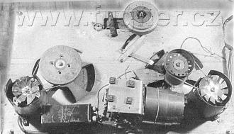 Obr. 14. Mechanická část magnetofonu zespodu.