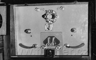 Obr. 3. Čtyřstopý synchronní magnetofon vovládacím centru. Polyekran, Laterna Magika, světová výstava Expo 1958 Brusel.
