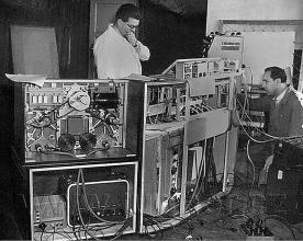 Obr. 7. Ing. P. Vobořil přidržuje vypadávající pastorek. Ing. Struska přihlíží.  Polyekran (polyecran), Laterna Magika, světová výstava  Expo 1958 Brusel.