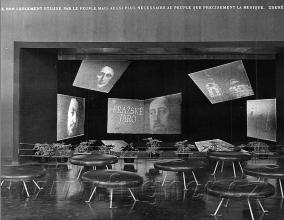 Obr. 12. Hlediště a jeviště Polyecranu vČeskoslovenském pavilonu  na Světové výstavě vBruselu. Polyekran (polyecran), Laterna Magika, světová výstava  Expo 1958 Brusel.