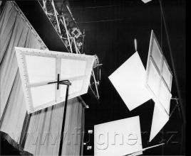 Obr. 14. Promítací plátna za oponou. Polyekran (polyecran), Laterna Magika, světová výstava  Expo 1958 Brusel.