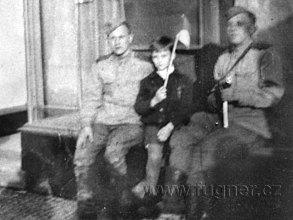 Milan s dvěma ruskými vojáky-voják vpravo má na nás namířenou automatickou zbraň.