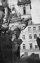 Ruský voják pod věžemi Týna má k nám přednášku.
