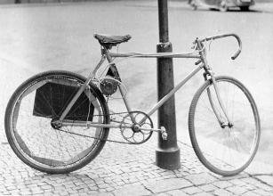Obr.7. 1960. Moje elektrické kolo. Zatím je namontován jeden akumulátor.