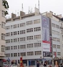 Obr.3. Rohový dům Chrudimská 7. Místo levé antény pro mobilní sítě stál stožár větrné elektrárny. 2004.