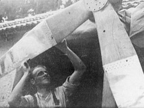 Obr.1. Tatínek s vrtulí své větrné elektrárny.