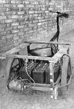 Obr. 11. Elektrotříkolka - pohled zezadu na elektromotor a akumulátory.