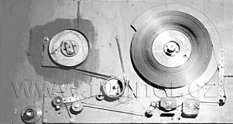 Obr. 1. Magnetofon shora po havárii při převíjení ředitelské důtky