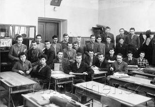 """Obr.12.  Čtvrtý ročník někdy vzimě 1955.   Vzadu vkoutě kamna, o kterých se píše povídce """"Třídnice"""" a """"Moji učitelé""""."""