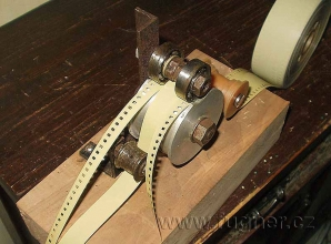 Obr.1. Asi sedmý typ řezačky filmů.  Tento typ řezačky se používal u plesnivých filmů, kde šlo použít pouze neplesnivý střed filmu.