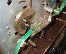 """Obr.2. Děrovačka děruje 16mm film s jednostranným děrováním. Možno shlédnout na Fugnerfilmu """"Děrovací stroj pro filmový.."""""""