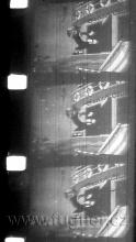 """Obr.5.  Němá, hořlavá 16mm kopie, 16obr/sec.  """"Kocour Tabby u Slaného jezera"""" . Všimněte si lichoběžníkového obrazu, vzniklého filmováním plátna zprava."""