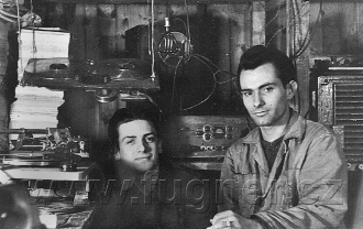 Obr.2.  Já sLáďou vdílně smagnetofonem a řezačkou gramofonových desek - základní vojenská služba v roce 1956.