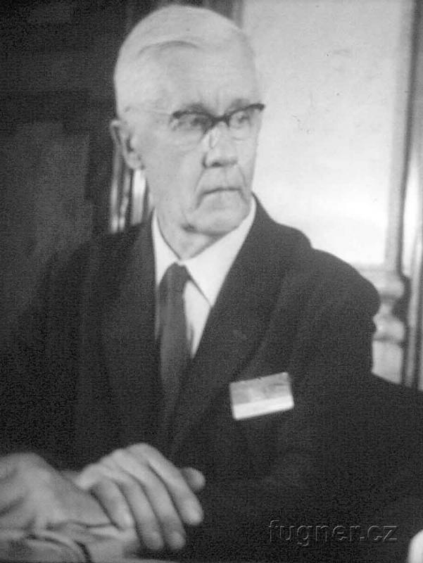 Obr. 2. Pan Prof. Dr. Bouček jako předseda oponentní komise. Obrázek z jednoho políčka filmového týdeníku.