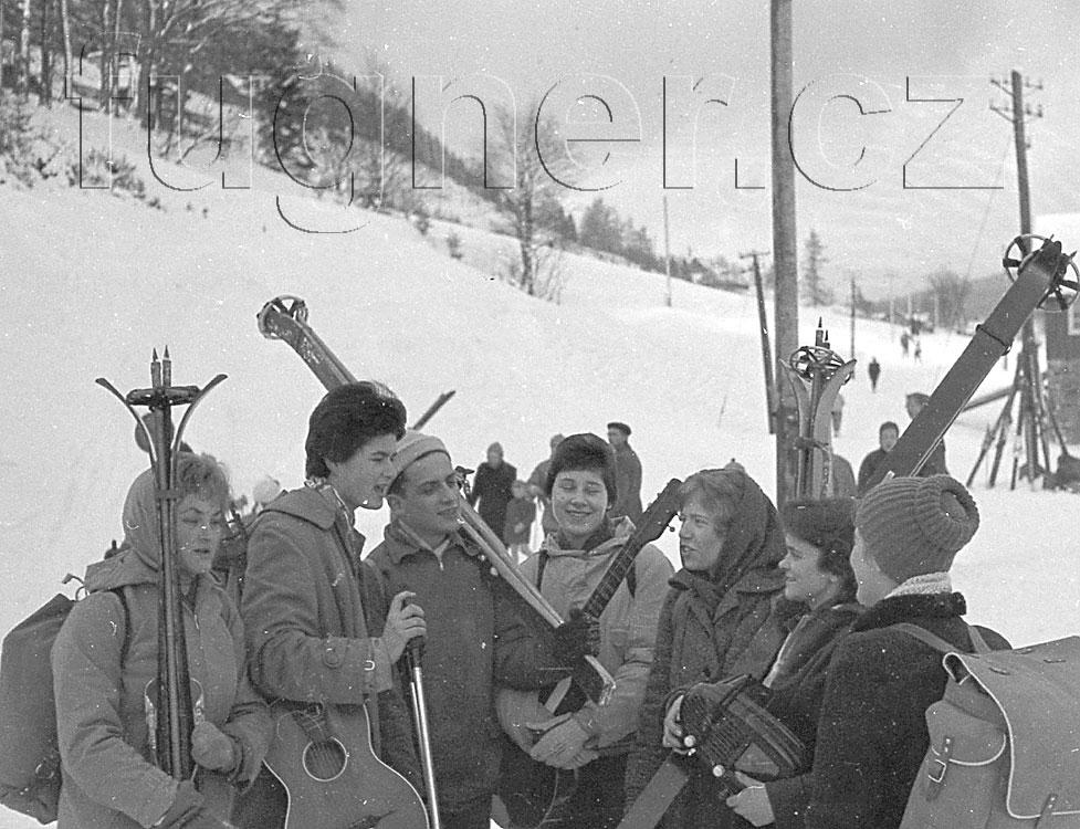 Obr. 1. Vystoupili jsme zautobusu - povinné školení pionýrských vedoucích, zimní Krkonoše rok 1961.
