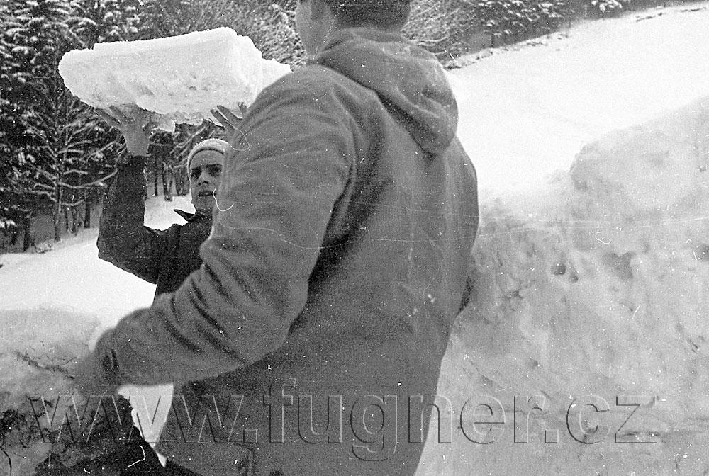 Obr. 8. Bude to vhodný rozměr svěrného kamene? Povinné školení pionýrských vedoucích, zimní Krkonoše rok 1961.
