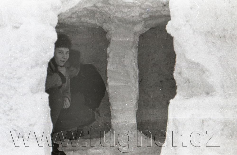 Obr. 12. Slušivý sloupek, podpírající klenbu. Povinné školení pionýrských vedoucích, zimní Krkonoše rok 1961.