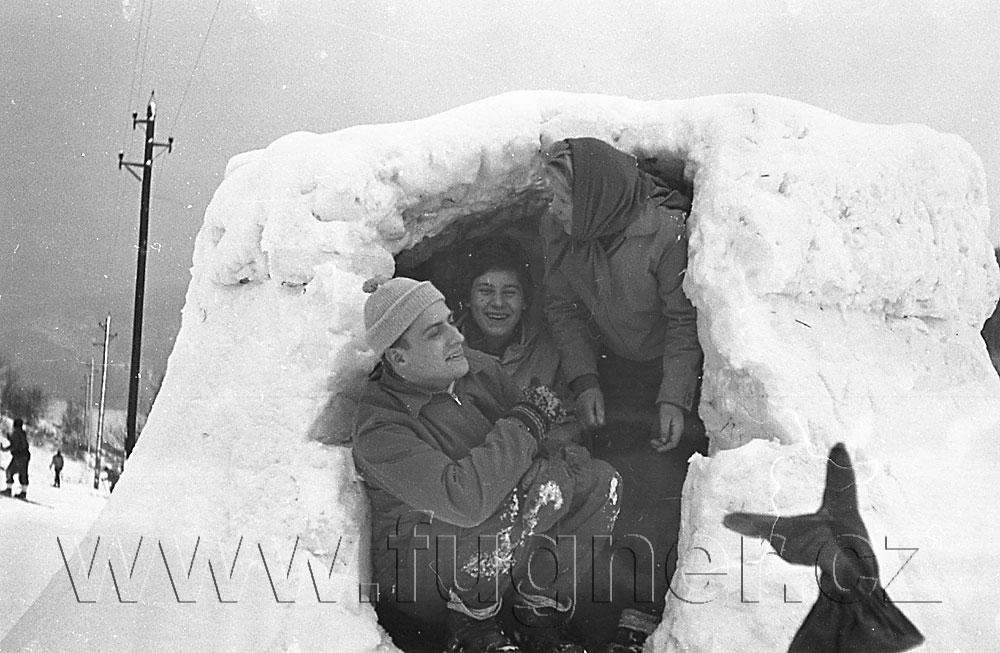 Obr. 13. Smíchu bylo vždy dost.  Povinné školení pionýrských vedoucích, zimní Krkonoše rok 1961.
