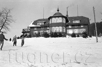 """Obr. 3. """"Naše"""" bouda - povinné školení pionýrských vedoucích, zimní Krkonoše rok 1961."""