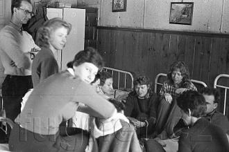 """Obr.5. """"Školení"""". Obrázek pořízen bez blesku, exposice přibližně 10sec. Po tu dobu se nikdo nesměl ani trochu pohnout. Zdařilá kabinetka, že? Povinné školení pionýrských vedoucích, zimní Krkonoše rok 1961."""