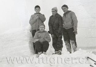 Obr. 7. Parta stavbařů. Povinné školení pionýrských vedoucích, zimní Krkonoše rok 1961.