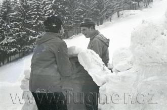 Obr. 9. Klenba.  Povinné školení pionýrských vedoucích, zimní Krkonoše rok 1961.