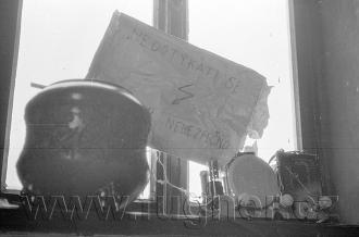 Obr. 16. Rozhlasový přijímač s vzácnou vázou, jako srážecím odporem. Povinné školení pionýrských vedoucích, zimní Krkonoše rok 1961.