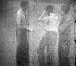 Obr. 4. Jedno políčko zfilmu 16 mm - Návrat ožralého vojáka - základní vojenská služba v roce 1957.