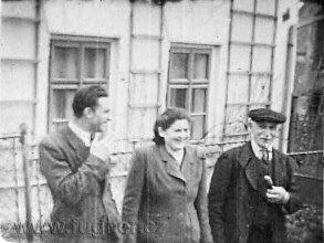 Obr.3. Manžel, Růženka, dědeček. Asi 1946. Zvukový film 16mm