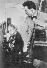 Obr.2. Pan ředitel Dr. Jahoda hraje na housle, ing.Franta na basu.