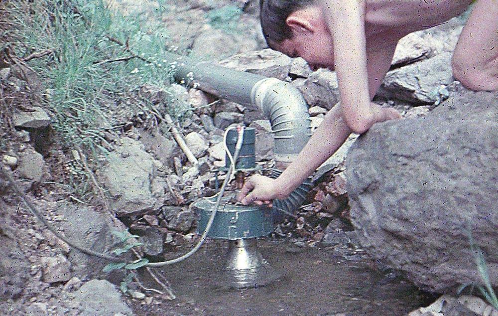 Obr.7. Soustrojí sjednofázovým alternátorem. Rozváděcí lopatky nastavuje, podle výše hladiny vpřehradě, člen mého elektrotechnického kroužku - Malá vodní elektrárna Klucná
