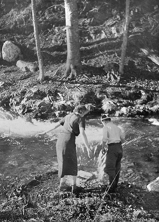 Obr.04. 1948 Přehrady jsem stavěl i s babičkou. To maminka zdokumentovala.