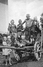 Obr.03. 1945 S partou dětí na prázdninách. Přehradu maminka nezdokumentovala. Já jsem druhý kluk zleva.